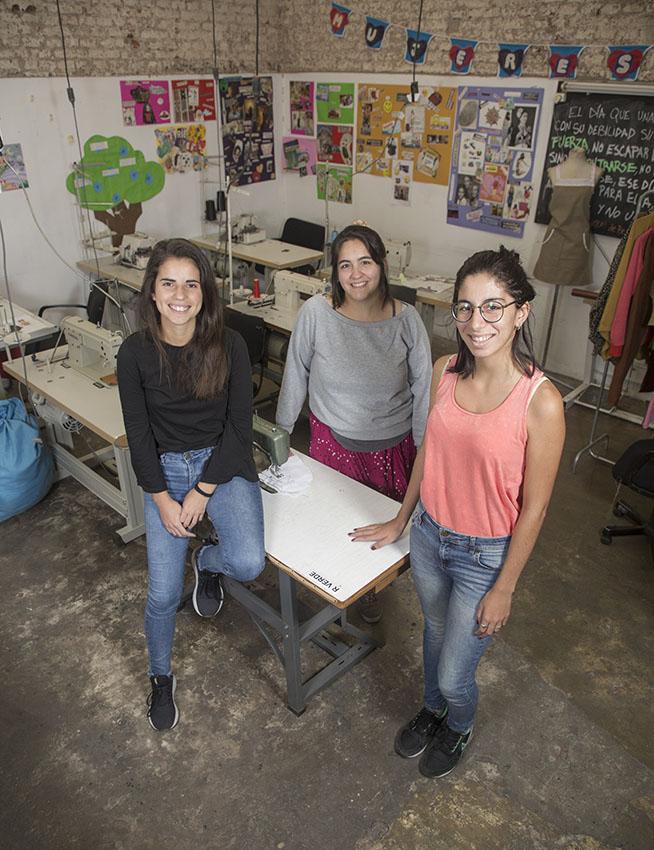 Belén Murphy Figueroa  y compañeras en taller ONG Mediapila